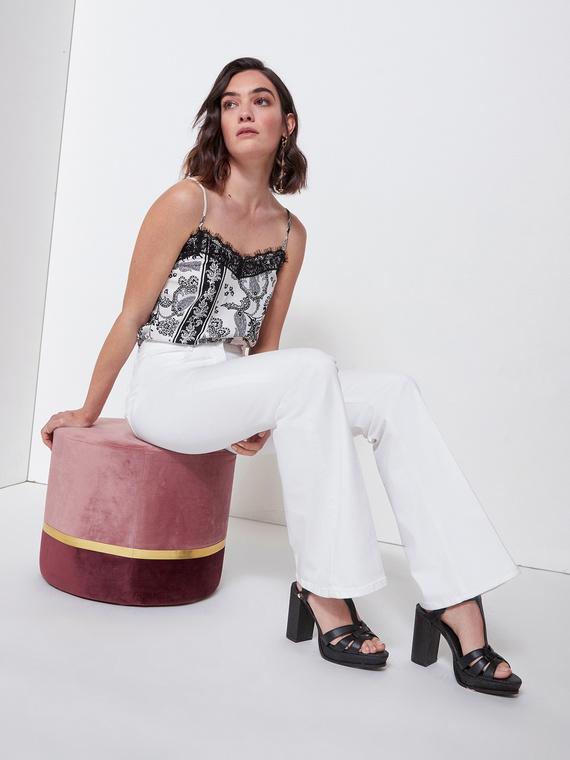 Pantaloni flare in drill di cotone elastane; modello cinque tasche con accessori in metallo; piega stirata nel centro gamba.