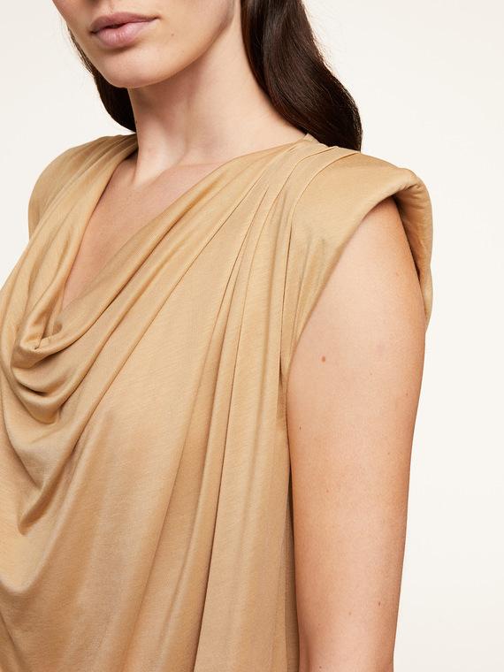 T-shirt in tessuto fluido 100% lyocell; scollo con drappeggio; modello a kimono con maniche ad aletta.