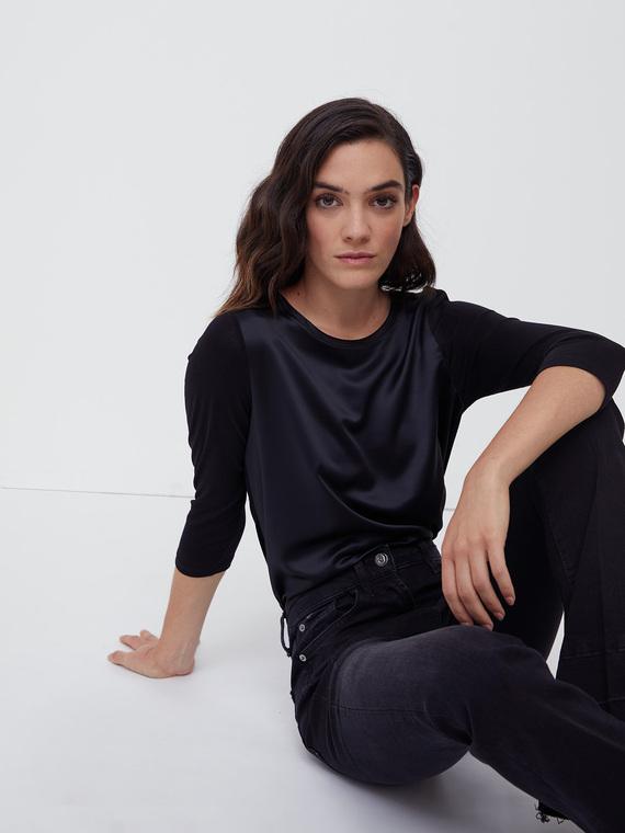 T-shirt in due tessuti tinta unita; davanti in raso satin; maniche lunghezza tre quarti e retro in jersey di viscosa.
