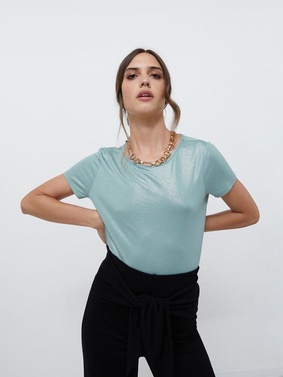T-shirt in jersey di viscosa effetto laminato; scollo a barca e maniche corte; motivo di nodo posteriore.