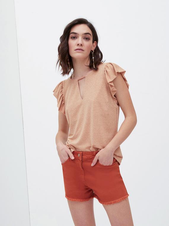 T-shirt in jersey misto viscosa lurex; scollo tondo con motivi oblò; maniche corte ad aletta arricciata.