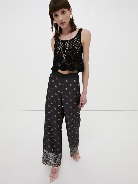 Pantaloni in raso fantasia foulard; gamba palazzo; elastico inserito nel retro della cintura.