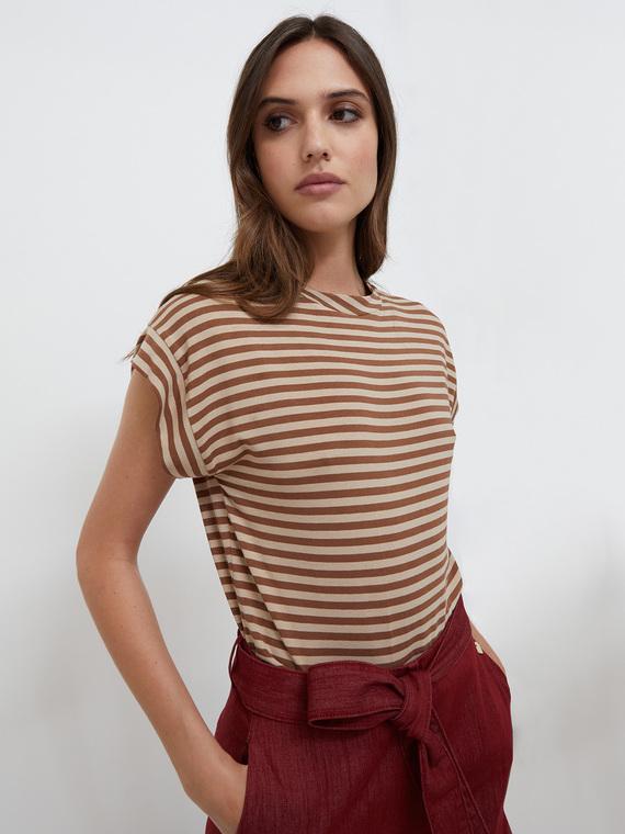 T-shirt in jersey di viscosa elastane fantasia a righe; modello a kimono con scollo tondo; maniche corte con risvolto.
