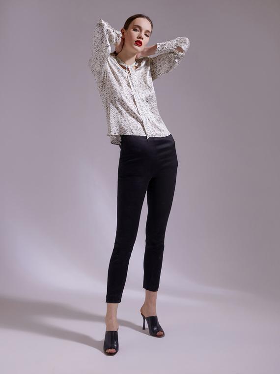 Pantaloni super stretch realizzati in twill spalmato effetto jeans; tasche verticali chiuse da zip inserite nel fianco; apertura nel centro dietro con zip invisibile e gancetto metallico; la nuova collezione Smart Couture propone un guardaroba energico e trasversale: il nuovo capo adatto ad ogni occasione!